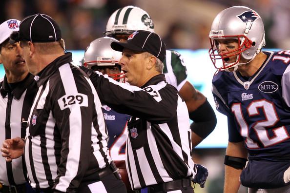 Tom Hill wysłuchujący skarg Toma Brady'ego