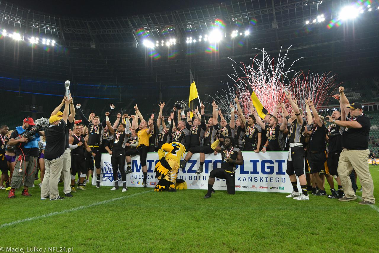 Kto w tym roku wzniesie, w geście tryumfu, najcenniejsze trofeum w Polskiej Lidze Futbolu Amerykańskiego?