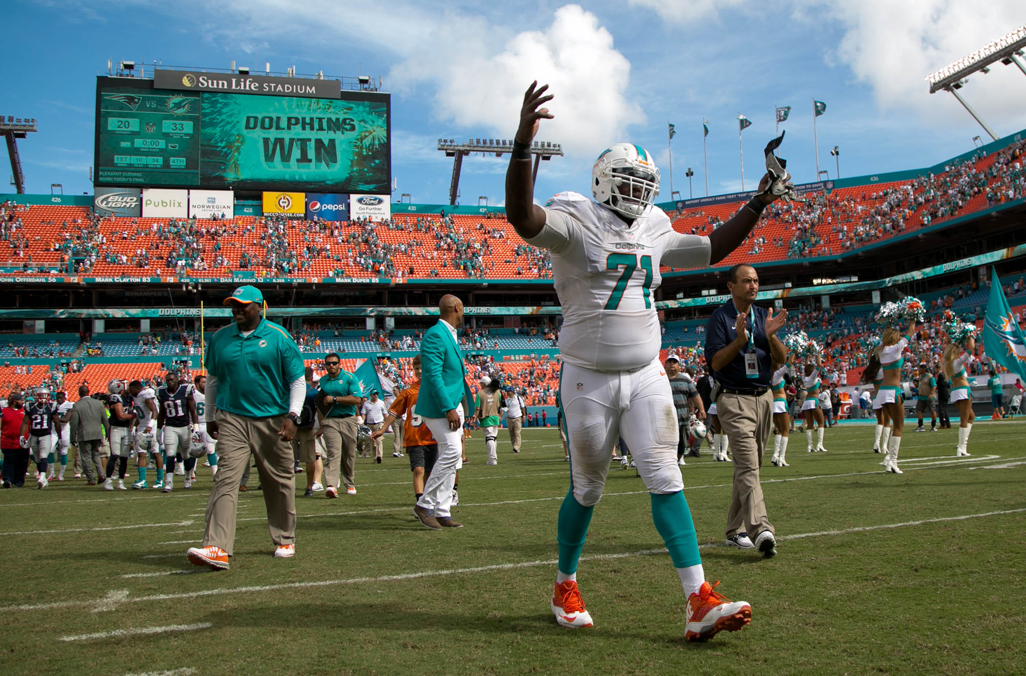 Miami Dolphins tackle Branden Albert (71) exits the field after Dolphins win over Patriots at Sun Life Stadium in Miami Gardens, Florida on September 7, 2014. (Allen Eyestone / The Palm Beach Post)