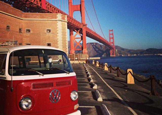 Volkswagen Transporter T2 na tle Golden Gate - San Francisco w pigułce