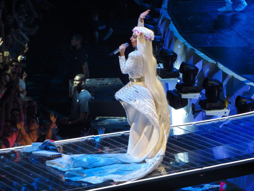 Czy Lady Gaga zrobi lepsze show niż Coldplay czy Katy Perry?